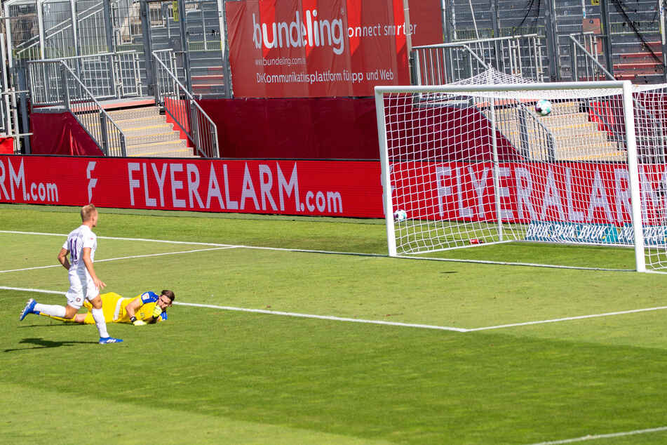 Sein einziger Lapsus: Florian Krüger nagelt den Ball freistehend an die Latte.
