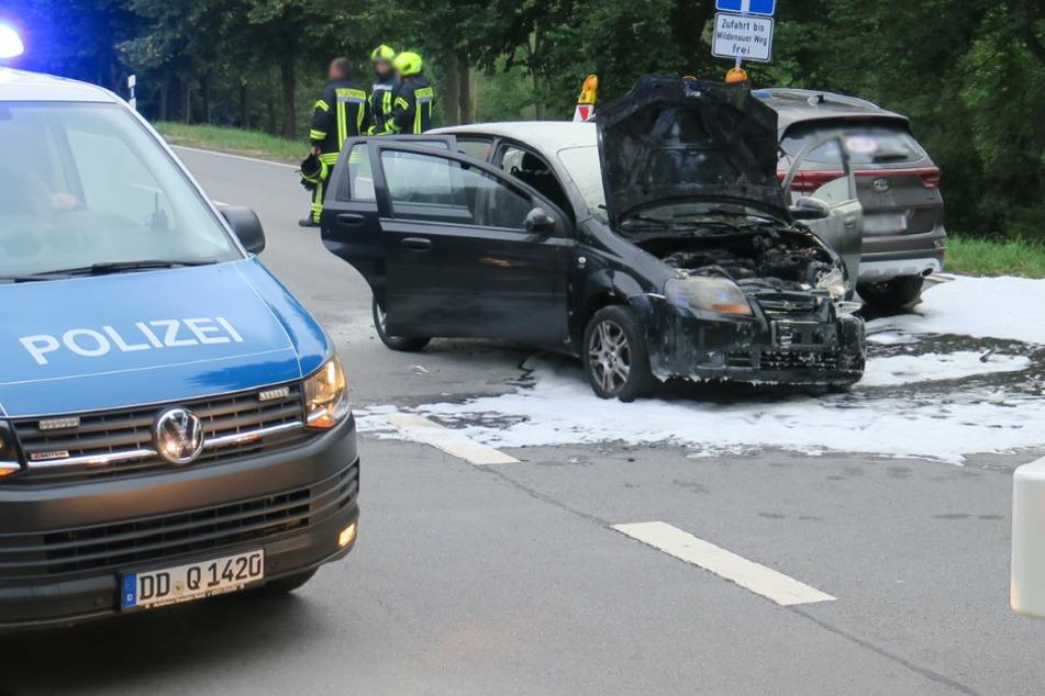Bundesstraße gesperrt! Chevrolet gerät nach Unfall in Brand