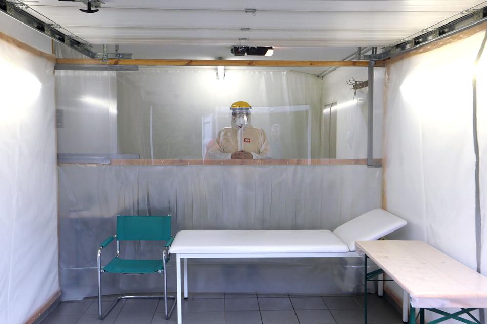 Die Garagen-Fieberambulanz in Callenberg-Falken ist durch PVC-Lamellen und Plexiglas unterteilt. Patient und Arzt sind geschützt.