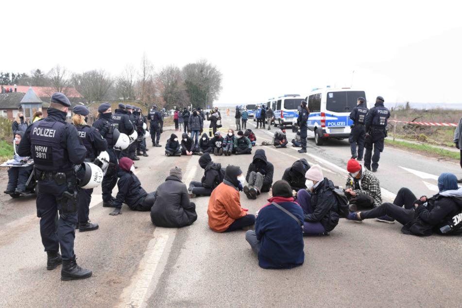Die Polizei musste am Dienstag zu einer Protestaktion Im Gebiet des Tagebaus bei Erkelenz ausrücken.