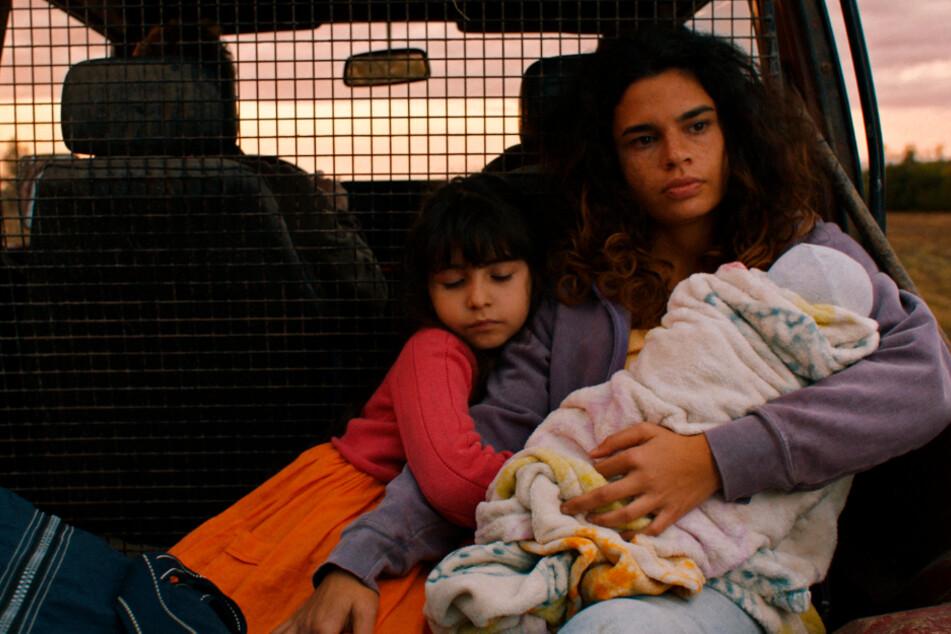 Ali (Alina Serban) wurde von ihrer Familie verstoßen und flieht mit ihren zwei Kindern nach Deutschland.