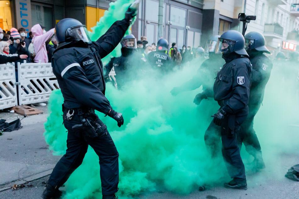 "Polizisten versuchen beim Demonstrationszug linker und linksradikaler Gruppen unter dem Motto ""Demonstration zum revolutionären 1. Mai"" Pyrotechnik zu beseitigen."