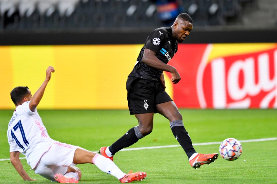 Marcus Thuram (r.) trifft zum 1:0 für Borussia Mönchengladbach, Reals Rechtsverteidiger Lucas Vazquez kommt zu spät.