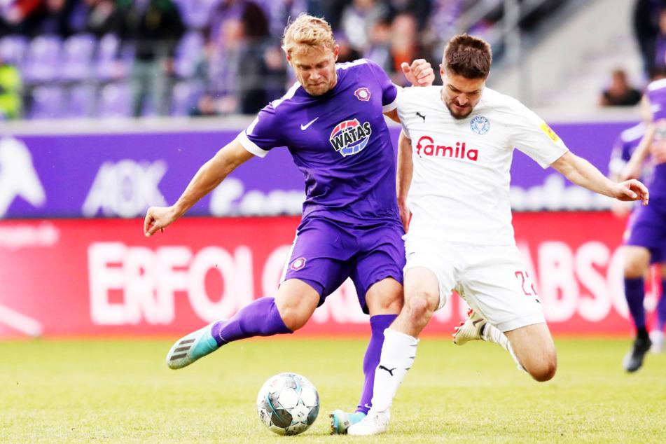 Jan Hochscheidt (l.), hier in der Februar-Partie gegen Holstein Kiel im Zweikampf mit Aleksandar Ignjovski, ist am Freitag positiv auf das Coronavirus getestet worden.