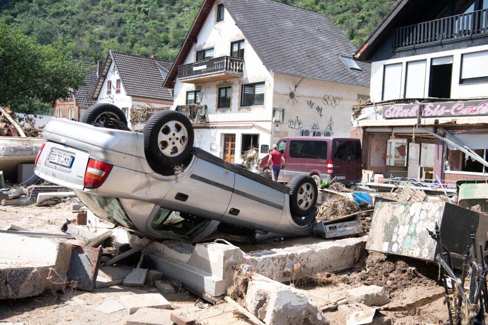 Rheinland-Pfalz, Altenahr: Ein von der Flut mitgerissenes Auto liegt in der Stadtmitte. Zahlreiche Häuser in dem Ort wurden komplett zerstört oder stark beschädigt.