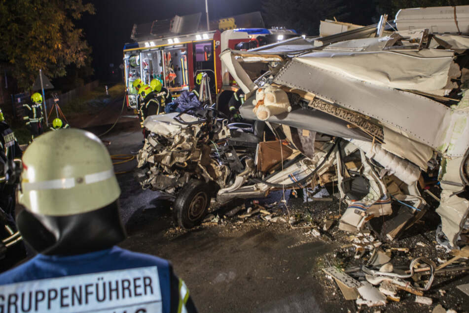 Horror-Crash bei Hamburg: Feuerwehr muss Mann aus Wohnmobil schneiden
