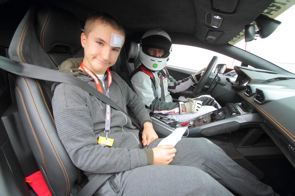 Lukas (14) wagt sich in einem schnellen Lamborghini auf die Piste.