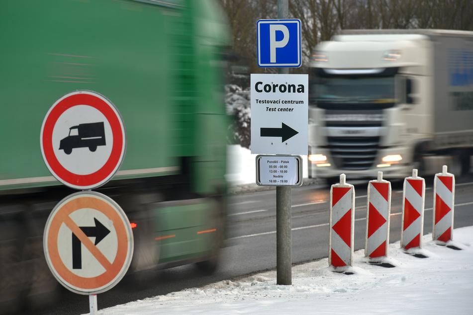 Tschechien, Folmava: Am tschechisch-deutschen Grenzübergang Folmava fließt der Verkehr. Auf der deutschen Seite weist ein Schild in Richtung Testzentrum, in denen Pendler einen obligatorischen Corona-Test durchführen lassen können.