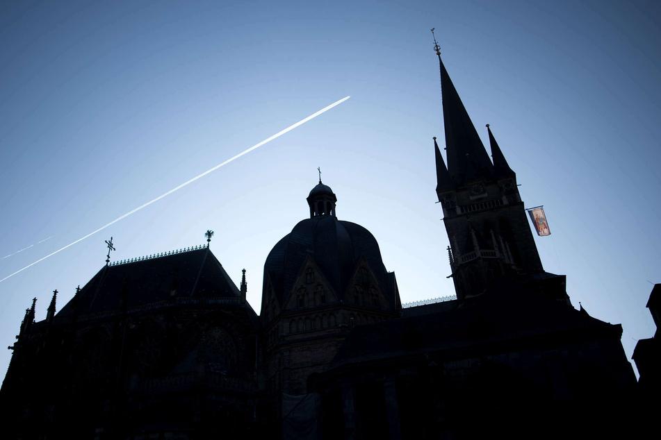 Der Aachener Dom. Nach des vom Vatikan verhängten Verbots zur Segnung homosexueller Paare hat die Vertretung der katholischen Gläubigen im Bistum Aachen zu dessen Missachtung aufgerufen. (Archivbild)
