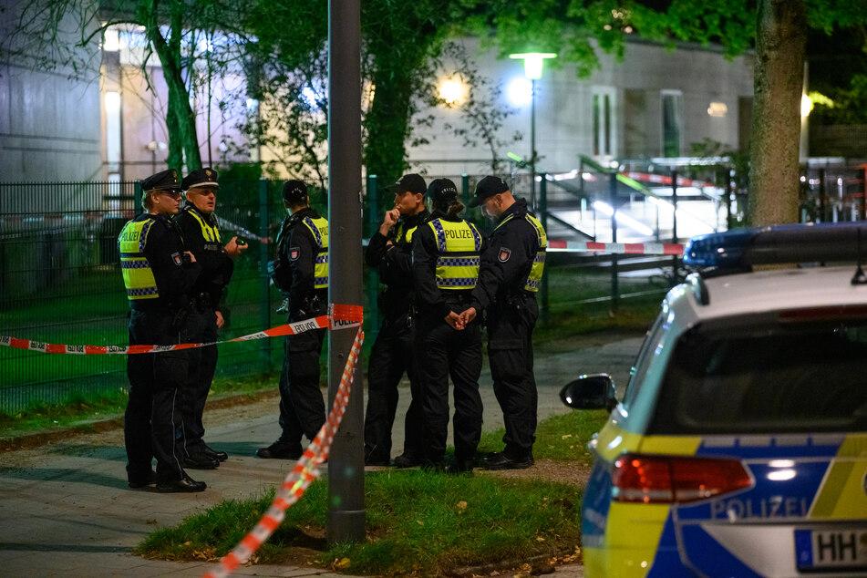 Polizisten stehen am abgesperrten Tatort vor der Synagoge.