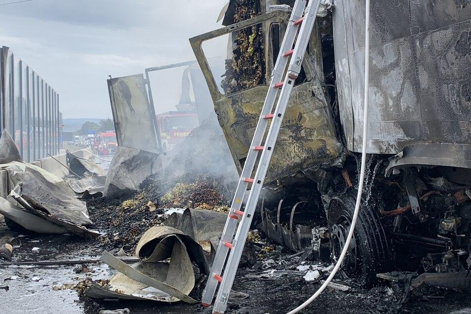 Fahrer sofort tot: Lkw rast in A3-Stauende und fängt Feuer