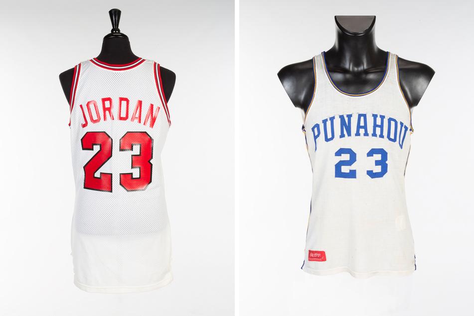 Rekord-Mode: Das Chicago-Bulls-Trikot von Basketball-Ikone Michael Jordan (l.) und daneben das Jersey von Barack Obama aus High-School-Zeiten.