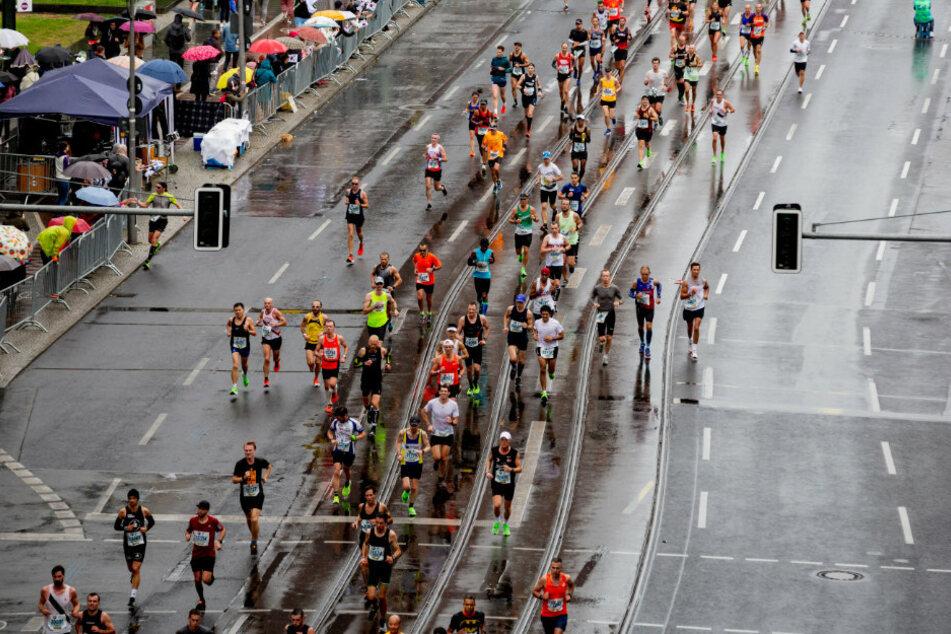 Teilnehmer des 46. Berlin-Marathons laufen nahe des Potsdamer Platzes auf der Leipziger Straße.