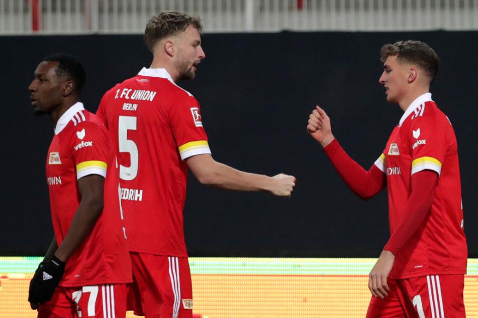 Von rechts nach links: Unions Mittelfeldspieler Grischa Prömel jubelt mit Marvin Friedrich und Sheraldo Becker über seinen Treffer zum 1:0.