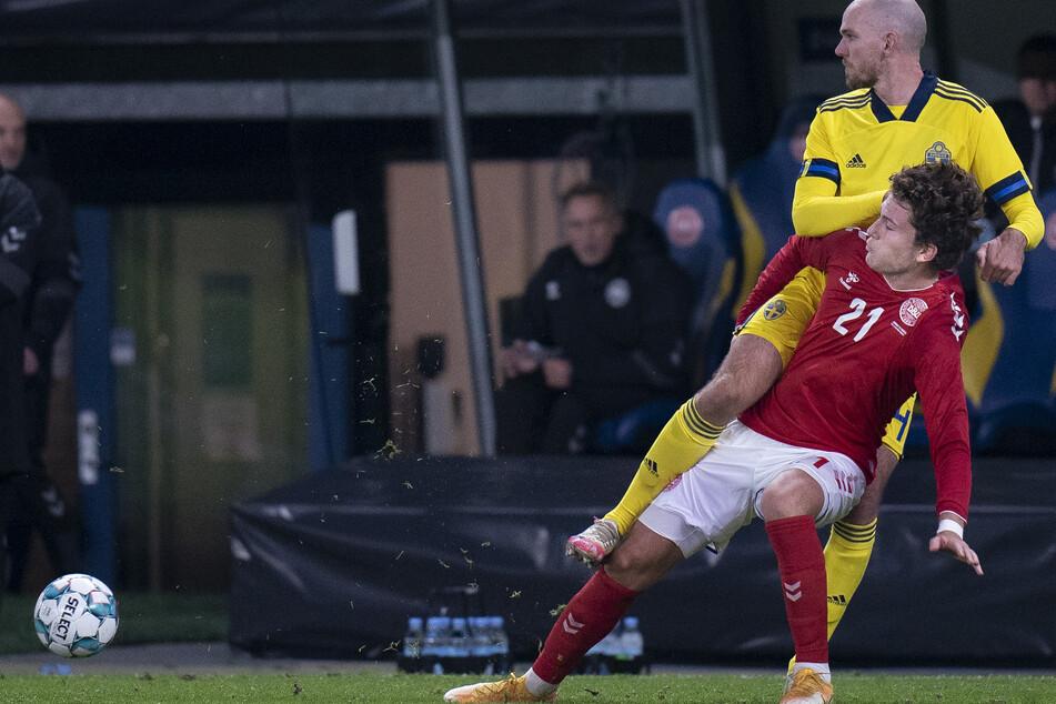Jonas Wind von Dänemark in Aktion mit Marcus Danielson (hinten) von Schweden.
