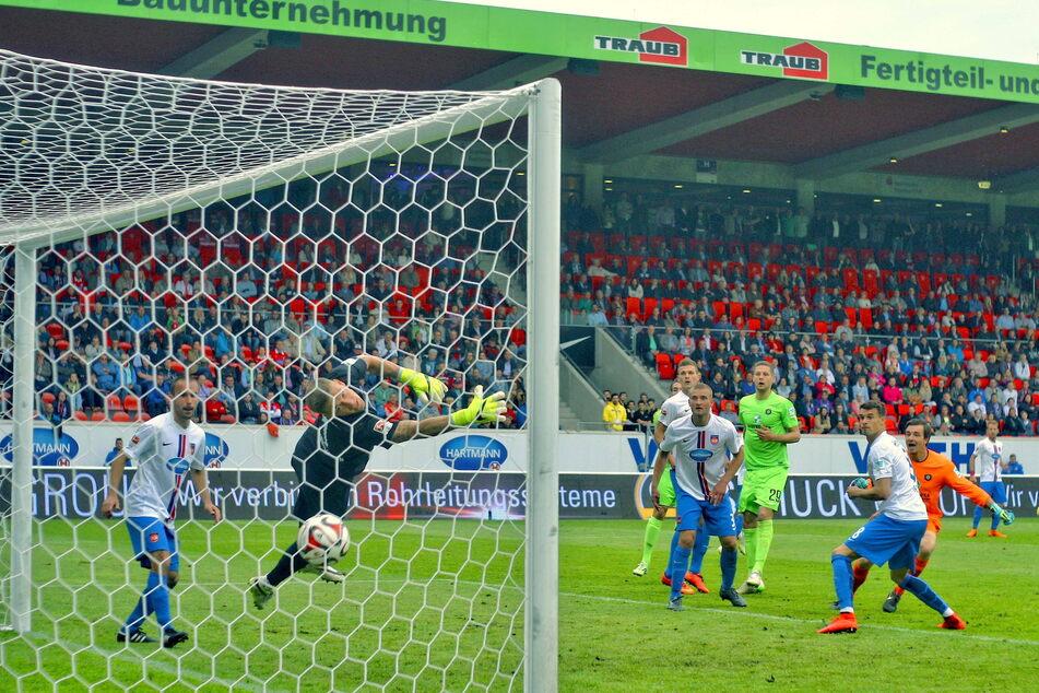 24. Mai 2015: Martin Männel (r.) köpft das 2:2 beim 1. FCH. Aue stieg dennoch ab, ein weiterer Treffer fehlte.