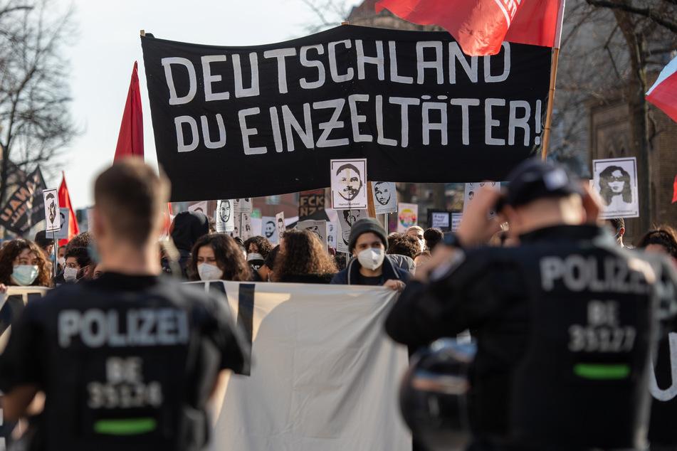 Die Demonstranten hielten Schilder und Fotos mit den Namen der neun Getöteten in die Luft.