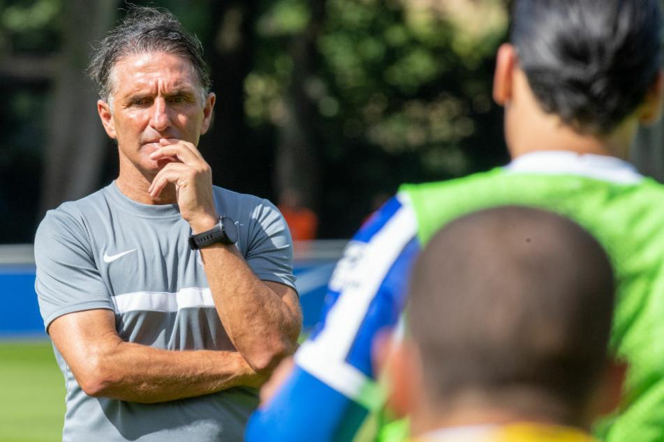 Trainer Bruno Labbadia (54) beobachtet nachdenklich seine Spieler beim Training. Ein Bild mit Symbolcharakter?