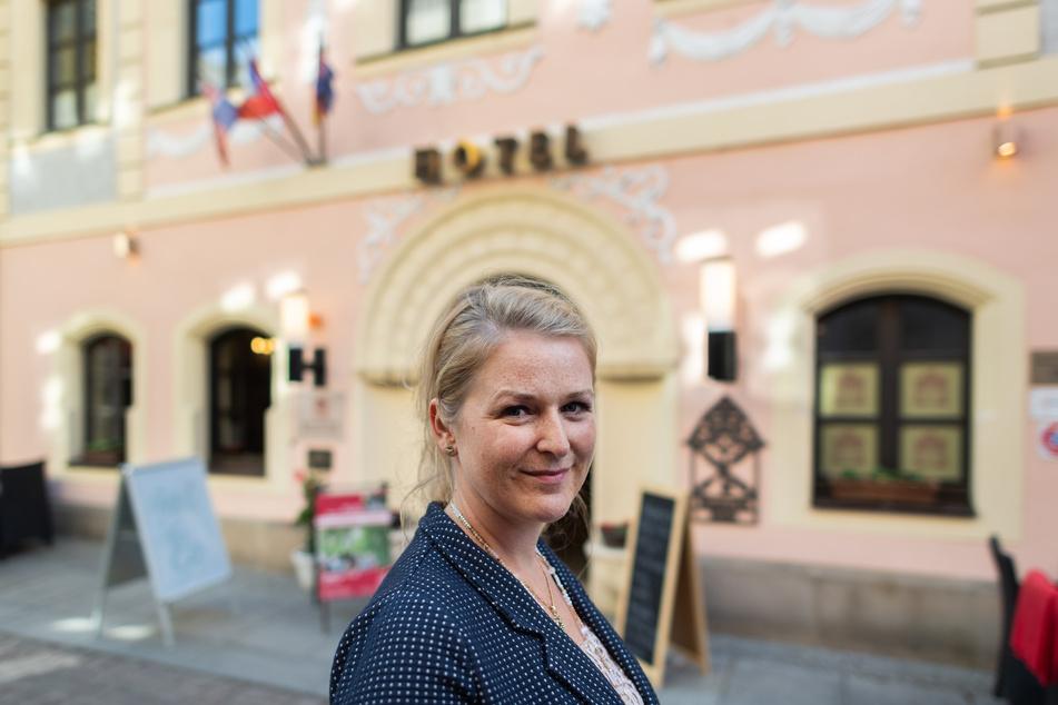 Katja Riedel, Juniorchefin im Romantik Hotel in der Altstadt von Pirna, steht vor dem Eingang des Hauses.