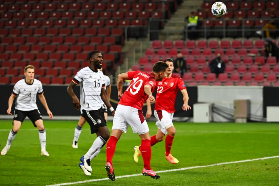 Mario Gavranovic (2.v.r.) köpft die Kugel in hohem Bogen über Manuel Neuer (nicht im Foto) in die linke obere Ecke zum 1:0 für die Schweiz ein.