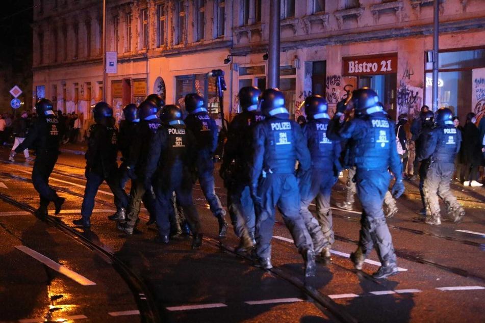 Die Polizisten wurden am Donnerstag unter anderem mit Flaschen beworfen.