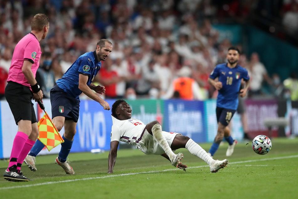 Schlüsselszene im EM-Finale: Italiens Haudegen Giorgio Chiellini (2.v.l.) stoppt den Engländer Bukayo Saka auf etwas rustikale Art.