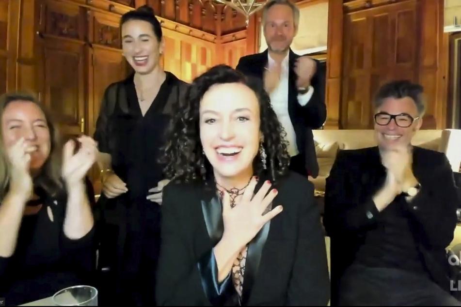 Die deutsche Regisseurin Maria Schrader (M) erhält während der Übertragung der Emmy Awards den Preis für die beste Regie in einer Miniserie.