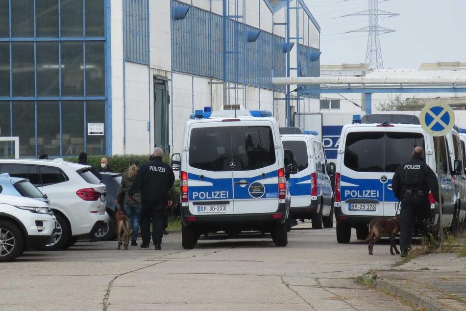 Rund 110 Beamte der Bundespolizei, mehrere mit Diensthunden, stürmten am Morgen auf das Betriebsgelände der Im- und Exportfirma.