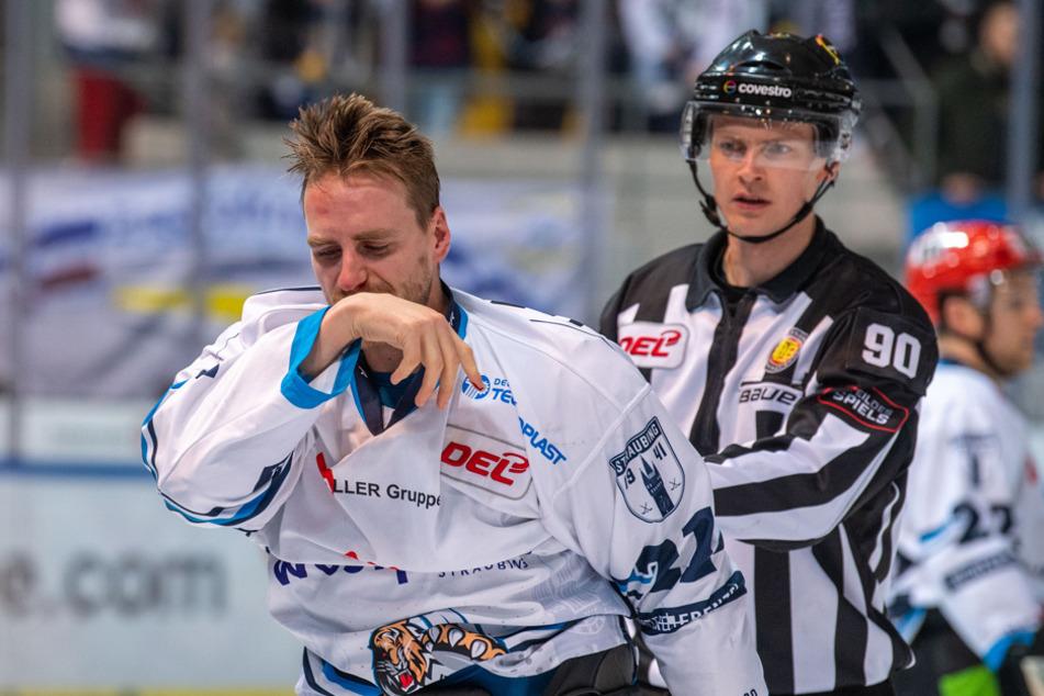 Durchgeboxt: Tigers-Spieler Kael Mouillierat hält sich nach einer Prügelei auf dem Eis die Nase. (Archiv)