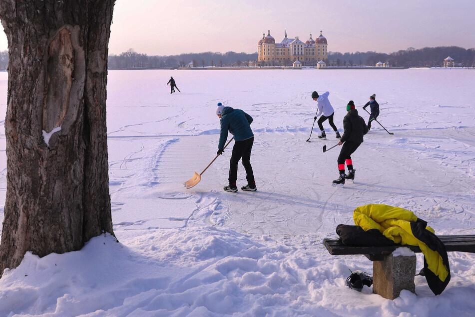 Eishockeyspieler auf dem zugefrorenen Schlossteich in Moritzburg.