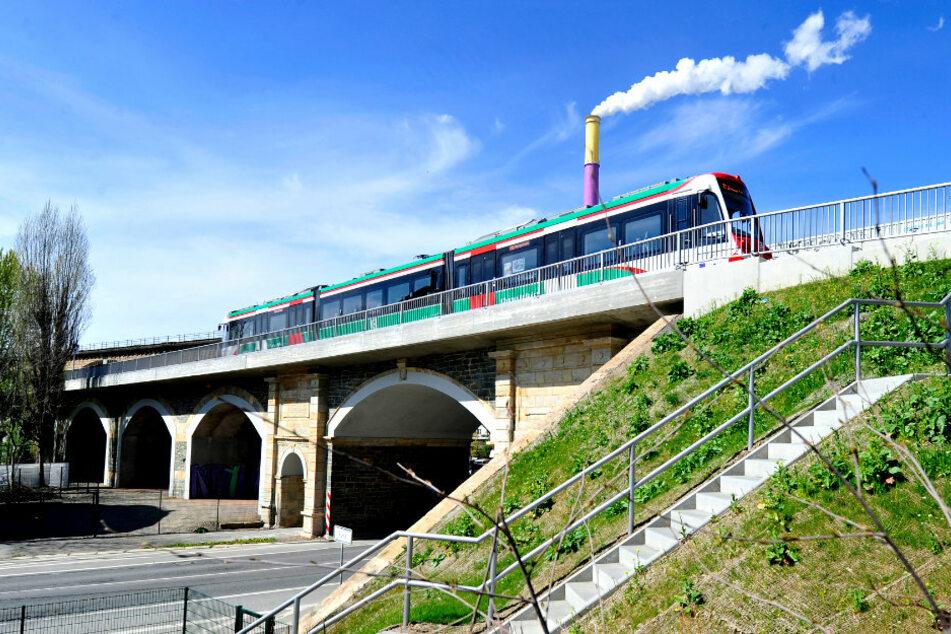Auf der Linie der City-Bahn nach Burgstädt werden am Eisenbahnviadukt über der Blankenauer Straße Gleise gerichtet.