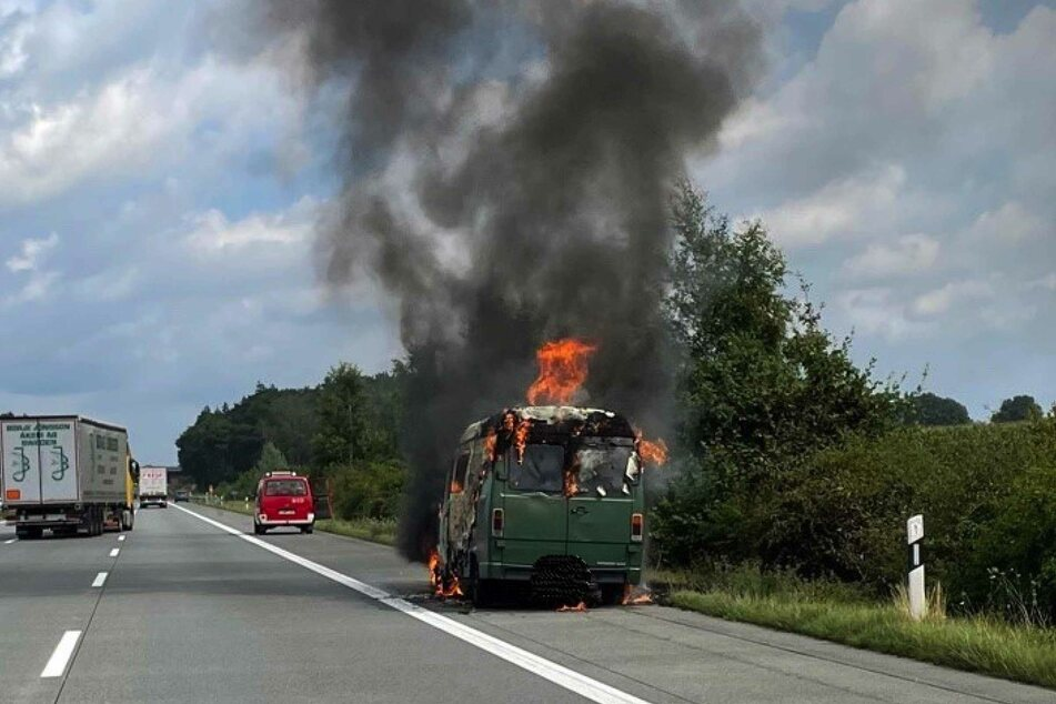 Das Wohnmobil geriet mitten auf der Autobahn in Flammen