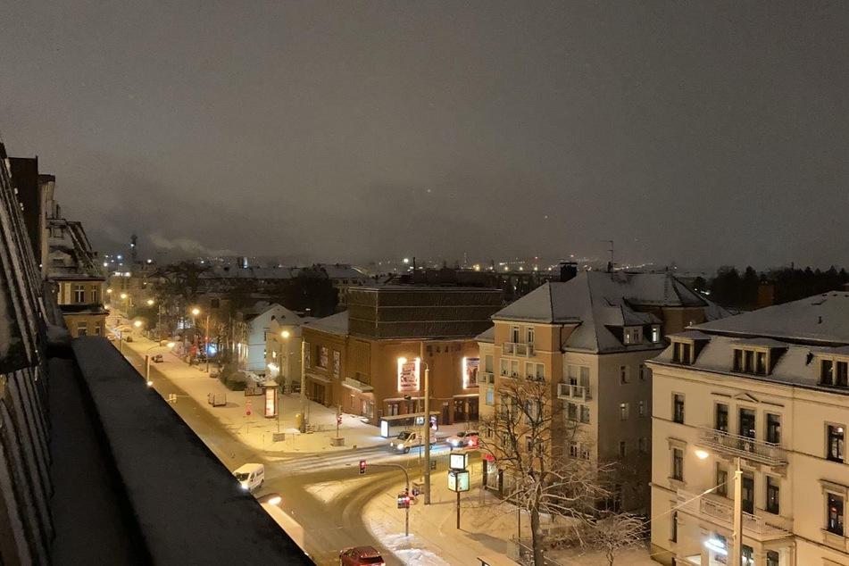 Der Blick auf die Schauburg in Dresden. Auch am Morgen lag noch ordentlich Schnee auf Dresdens Straßen und Dächern.
