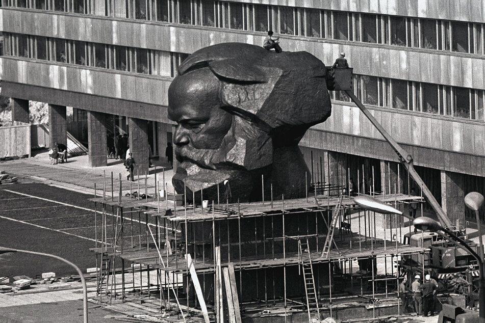 Der 40 Tonnen schwere Bronzekopf wurde 1971 von Arbeitern des VEB Germania aus 95 Einzelteilen zusammengeschweißt.
