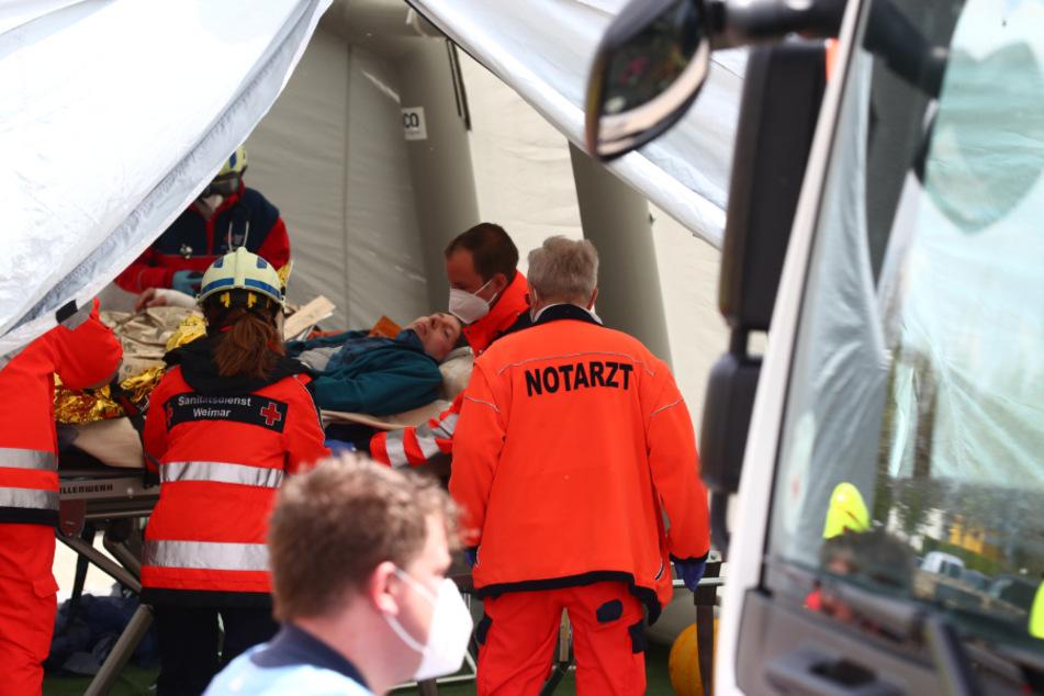 """Einsatzkräfte versorgen einen """"Verletzten"""". Simuliert wurde eine Amok-Lage in einem Reisebus."""
