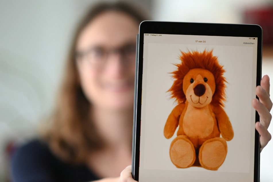 Monika Lindauer, Linguistin und Labormanagerin des Baby-Sprach-Labors an der Universität in Konstanz, hält ein Tablet in der Hand, auf der eine Seite der Baby-Sprach-Labor-App zu sehen ist.