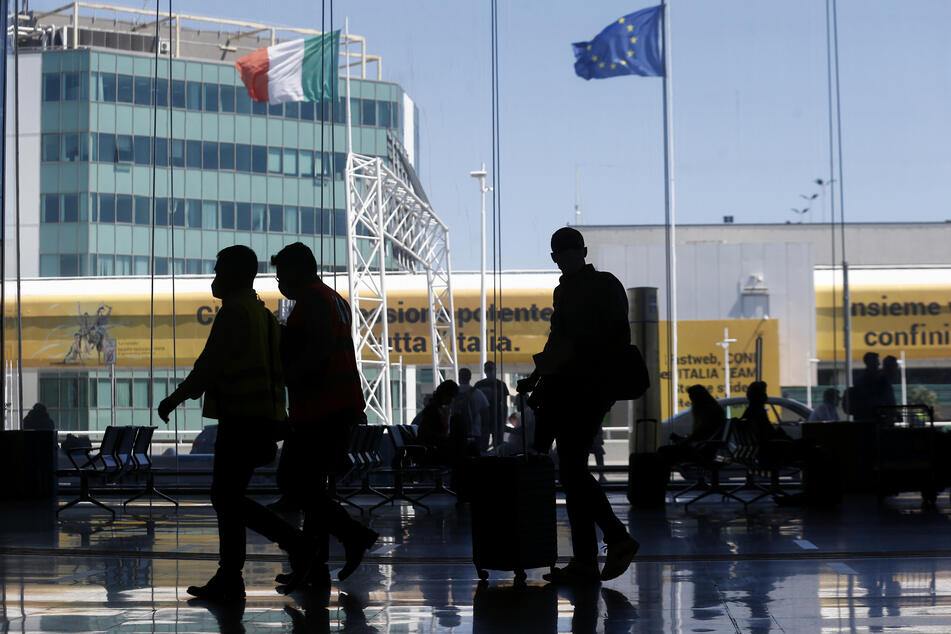 Passagiere gehen im Flughafen Leonardo da Vinci. Italien darf seine in der Corona-Krise unter Druck geratenen Konzerne mit insgesamt 44 Milliarden Euro unterstützen.