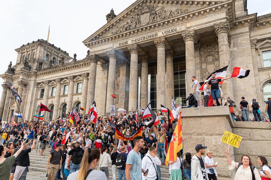 Teilnehmer einer Kundgebung gegen die Corona-Maßnahmen stürmten Ende August die Stufen des Reichstagsgebäudes. Der Großteil der Deutschen ist aber zufrieden mit den staatlichen Corona-Schutzmaßnahmen.