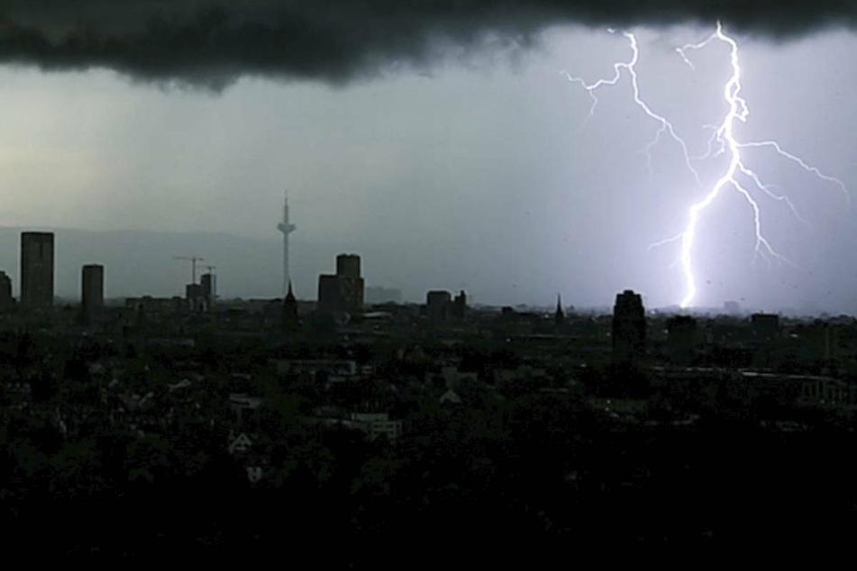 Gewitter (wie hier über Frankfurt) lassen sich laut Wetter-Experte Franz-Josef Molé nur schwer vorhersagen.