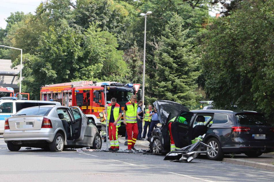 Rettungskräfte mussten sich um drei Schwerverletzte kümmern. Der 86-jährige Unfallverursacher ist mittlerweile tot.