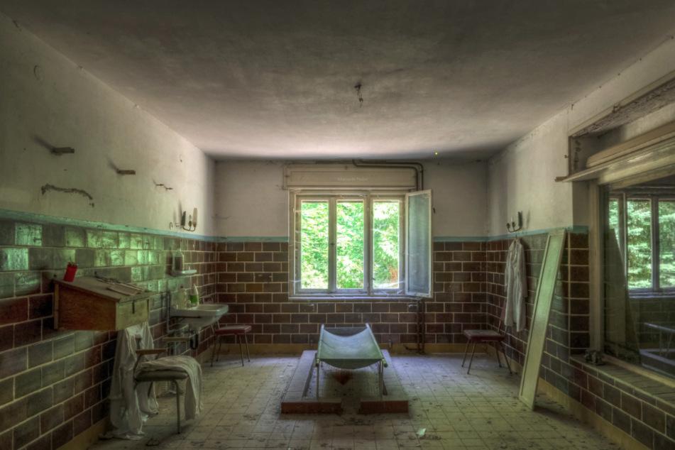 Eine Leichenaufbewahrungshalle, in der Verstorbene gewaschen und angezogen wurden, ist längst zu einem verlassenen Objekt geworden.