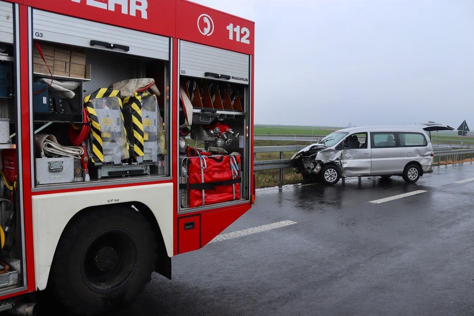 Unfall zwischen Minivan und Transporter: Fahrer im Wagen eingeklemmt