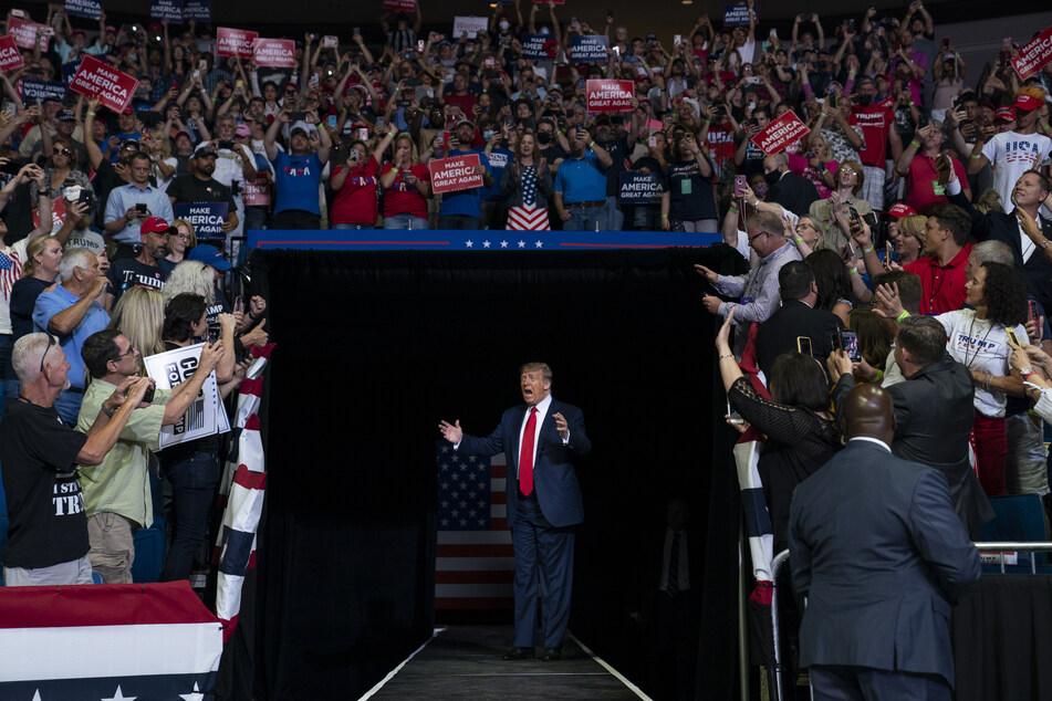 Donald Trump, Präsident der USA, kommt während einer Wahlkampfveranstaltung in Tulsa auf die Bühne.