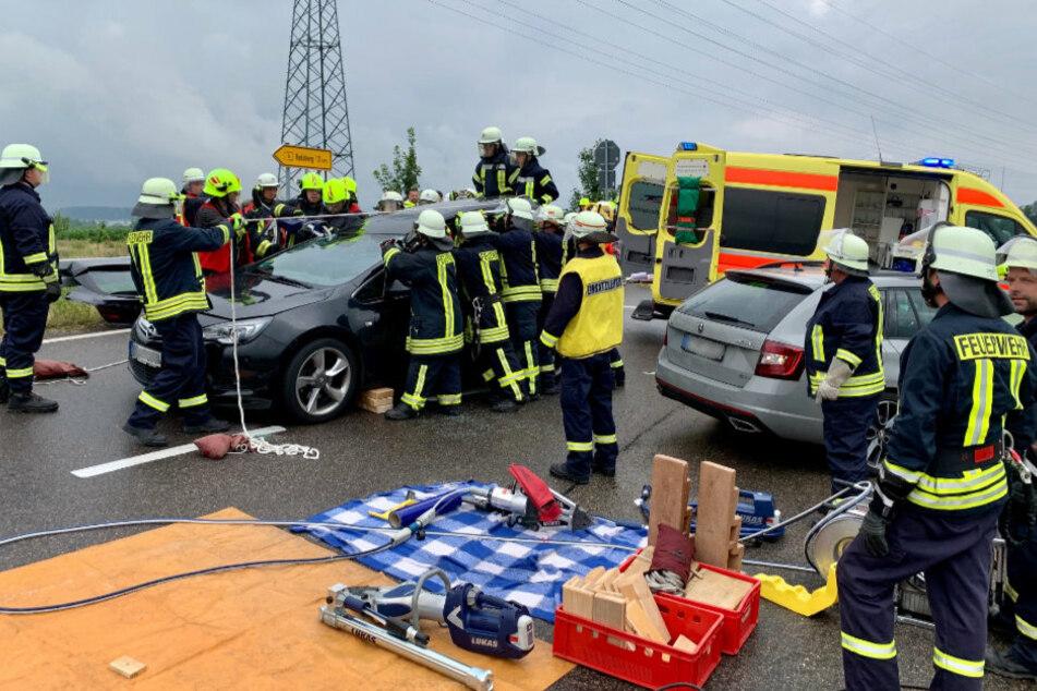 Da war das Dach noch dran: Die Wehren befreien den 39-Jährigen aus seinem Fahrzeug.