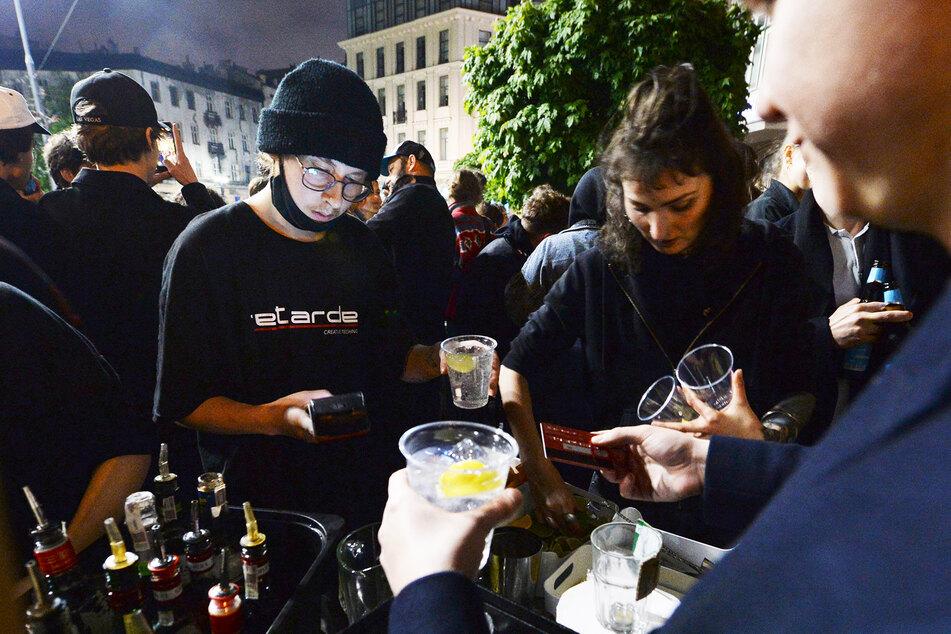 Menschen versammeln sich und feiern. Bars, Clubs und andere Einrichtungen in Polen werden nach sieben Monaten Schließung wieder geöffnet.