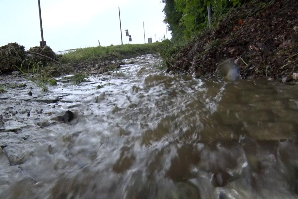 Nach starken Regengüssen bahnen sich die Wassermassen ihren Weg. Im Landkreis Zwickau liefen zahlreiche Keller voll.