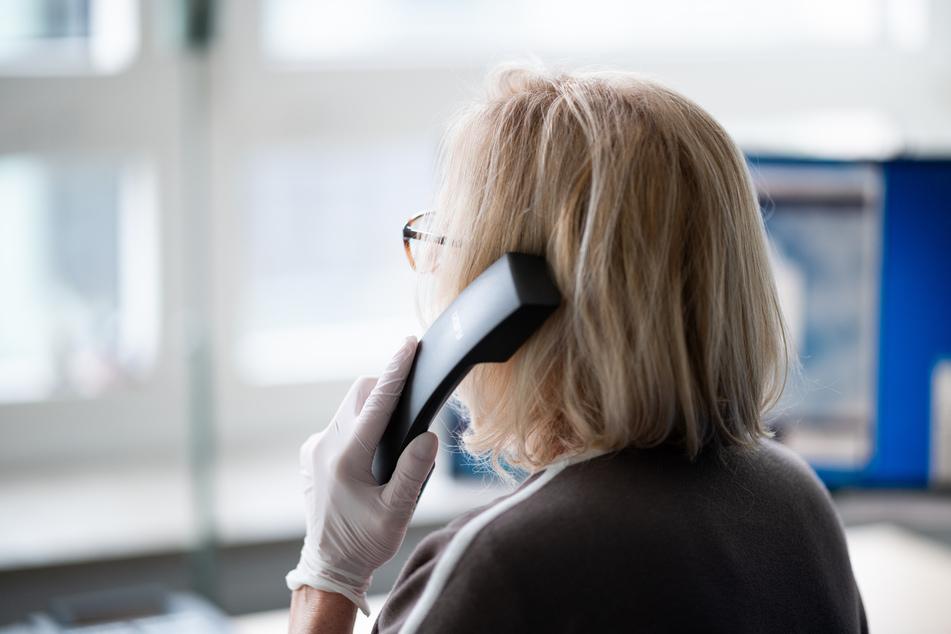 Eine ehrenamtliche Telefonseelsorgerin im Auftrag der Diakonie Hamburg telefoniert.