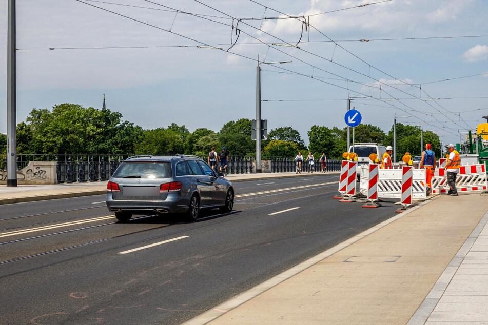 Während der Arbeiten unter der Brücke, werden die Radfahrer über eine der beiden Fahrspuren geleitet.