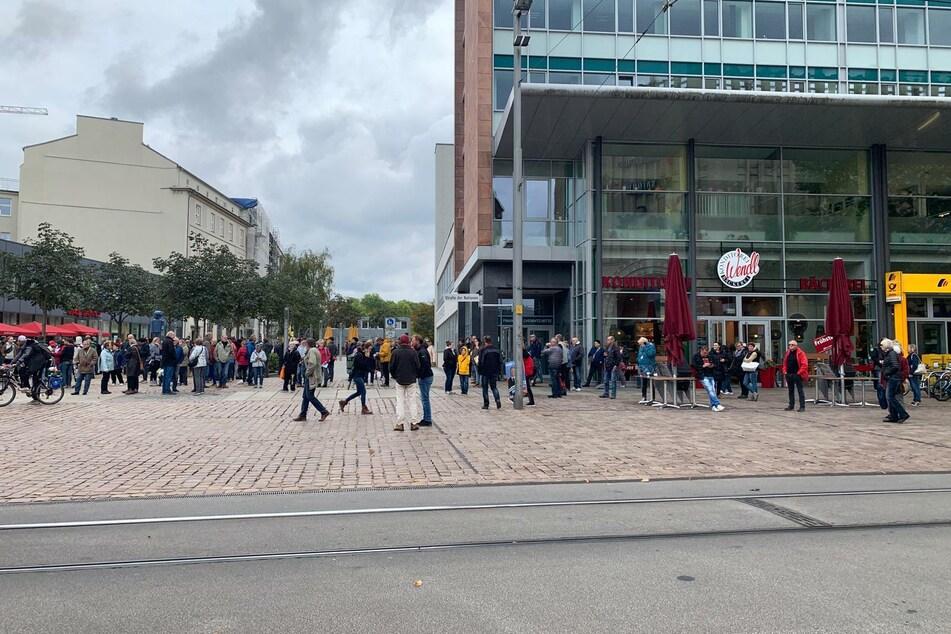 """Rund 200 Teilnehmer waren am Dienstag bei der Veranstaltung der """"Querdenken""""-Bewegung am Johannisplatz dabei."""