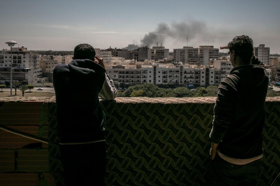Libyen nimmt Hafen unter Beschuss: Dutzende Migranten können fliehen
